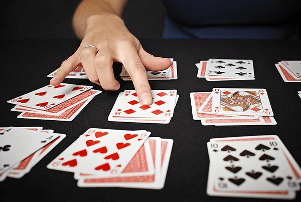 Дама пик в гадании: значения карты выпавшей с трефами и бубнами