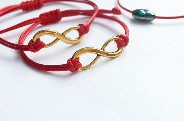Красная нить на запястье: что значит и как завязывать