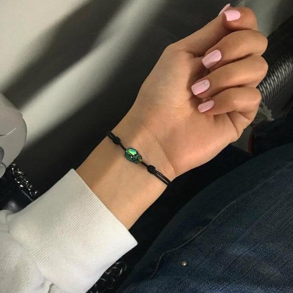 Черная нить за запястье левой или правой руки: что означает