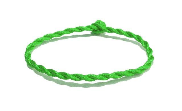 Зеленая нить на запястье: что значит и для чего она нужна