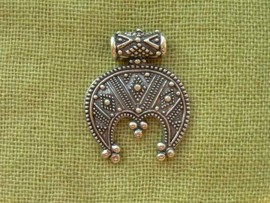 Оберег Лунница: значение для женщин и правила ношения символа