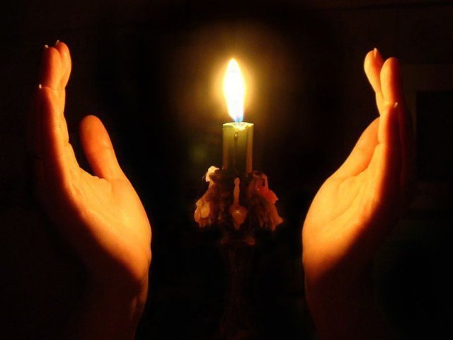 Как почистить дом от негатива и порчи с помощью свечи