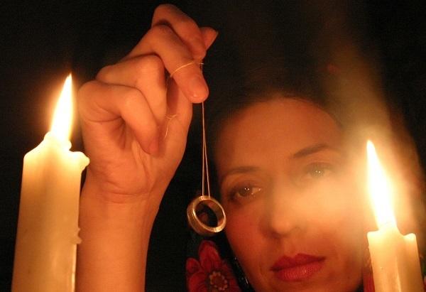 Гадание на кольце с ниткой: на замужество и желание