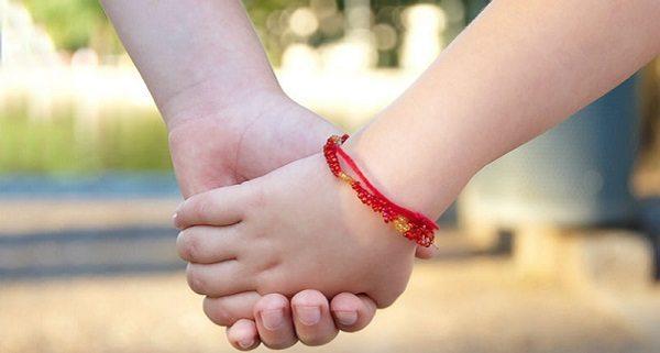 Как завязать красную нить на руку правильно и что говорить