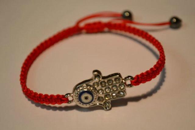 Красная нить желаний на запястье: как носить браслет