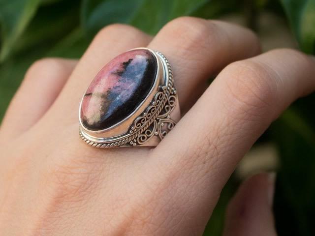 Родонит: магические свойства камня и каким знакам он подходит