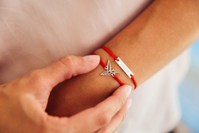 Красная нить на запястье в христианстве: что значит