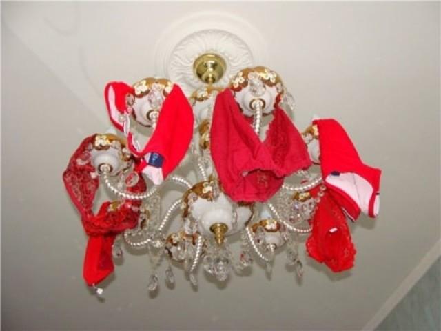 Трусы на люстру - деньги в дом: ритуал и правила его проведения