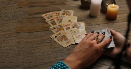 Гадание на 4 вальтов на картах на любовь: подготовка и значение